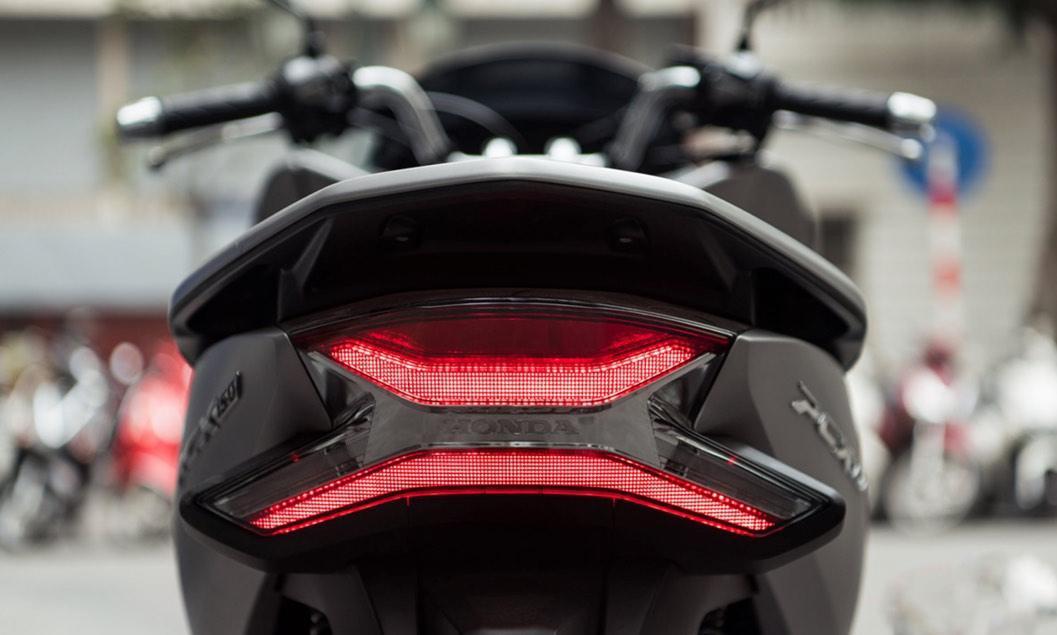 Thiết kế phía sau với cụm đèn phanh và xi nhan sử dụng bóng LED
