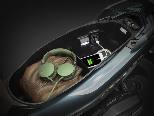 Phiên bản động cơ 150cc được trang bị thêm cổng sạc trong hộc đựng đồ