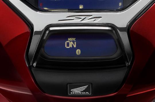 Hệ thống HSTC sử dụng cảm biến tốc độ quay ở bánh trước và bánh sau để tính toán độ trượt của bánh sau